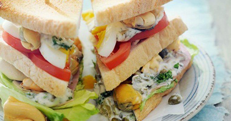 Clubsandwich met mosselen en remouladesaus