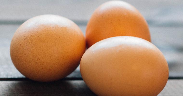 De voedingswaarde van eiersalade met aardappel op brood