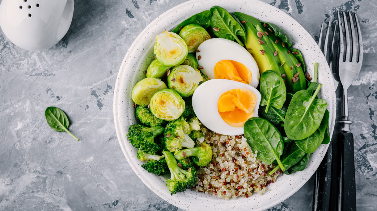 Buddha bowl met gegrilde spruitjes, broccoli en ei