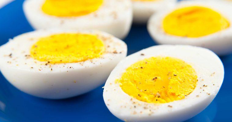Zó krijg je de dooier mooi in het midden van je gekookte ei