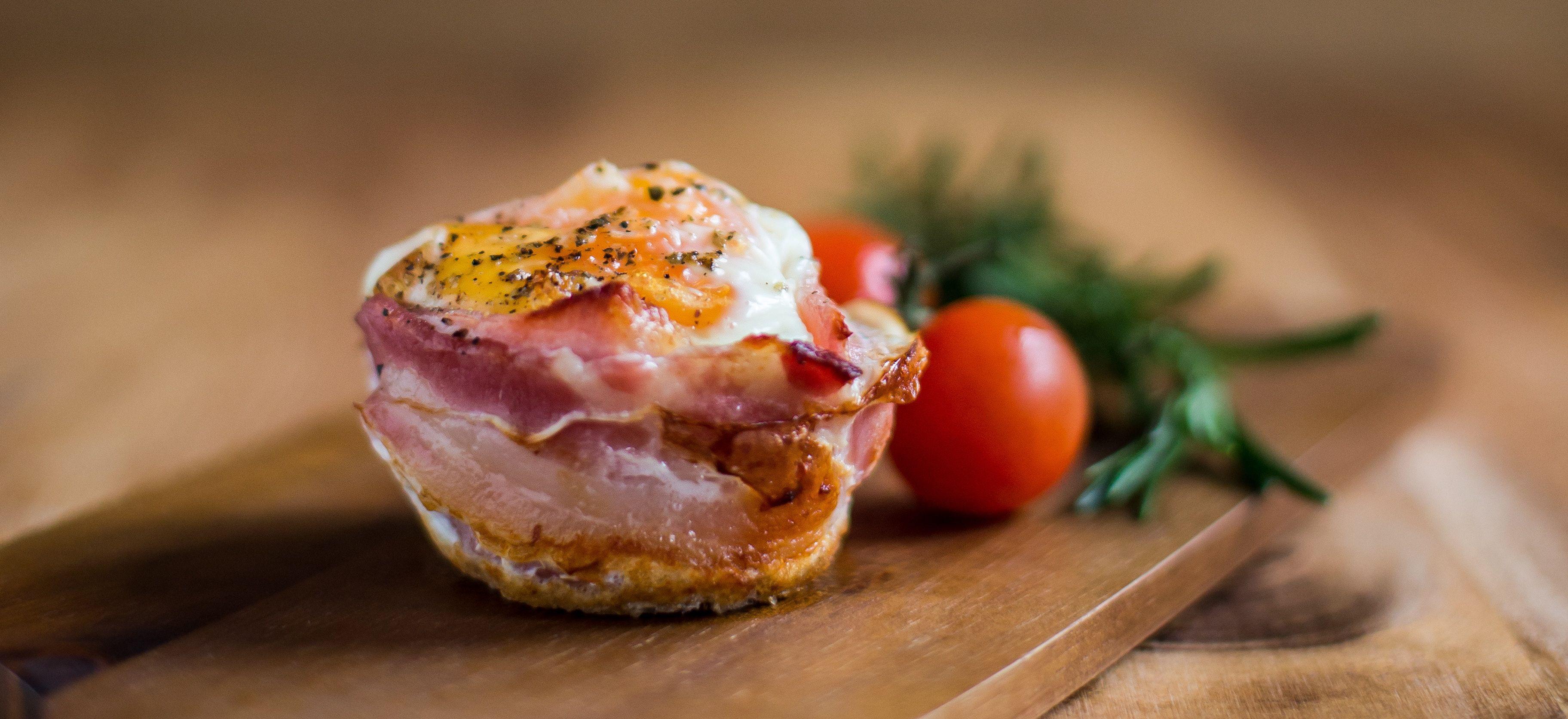 Ontbijtmuffins met bacon, ei en tomaat
