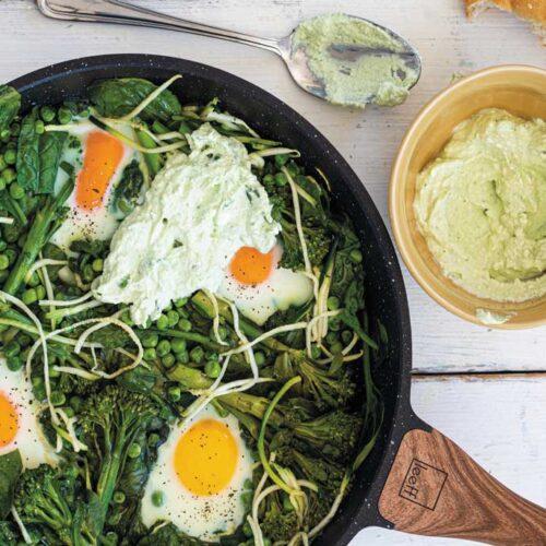 Groene shakshuka van Charlie's met bimi, courgette en spinazie