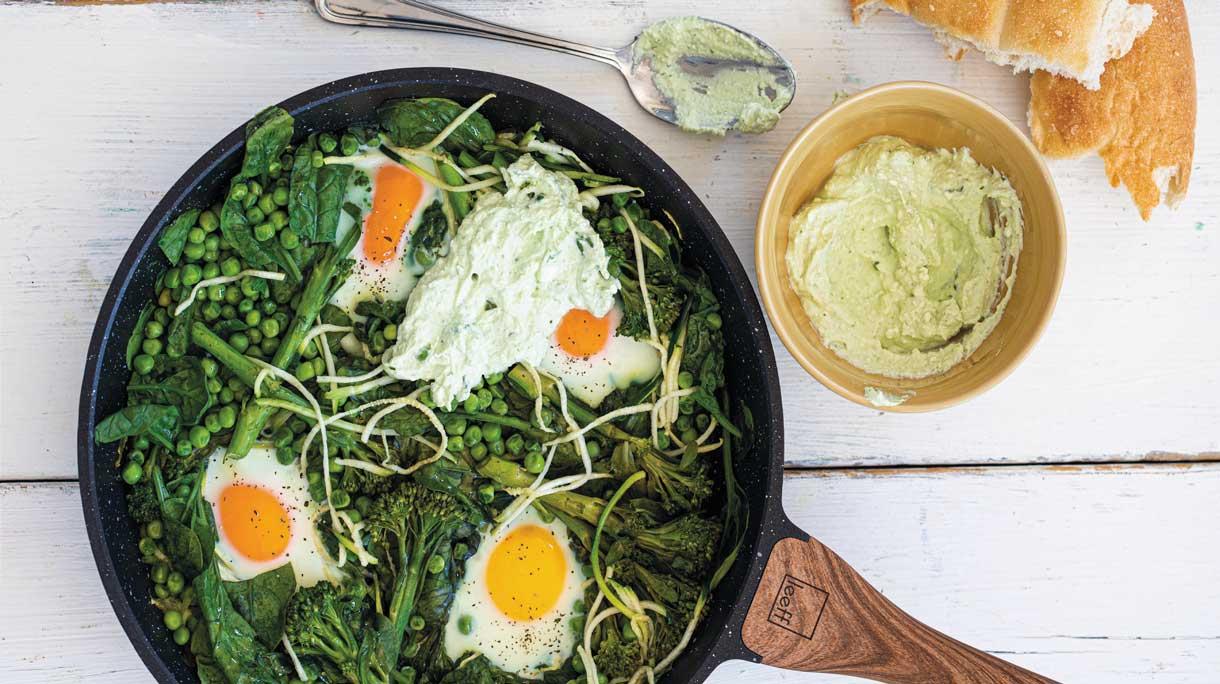 Groene shakshuka met bimi, courgette en spinazie