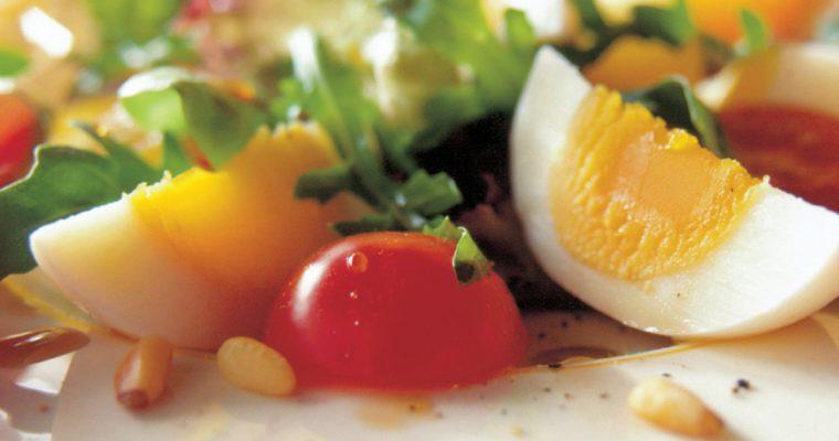 Salade met tomaat, ei en pijnboompitjes