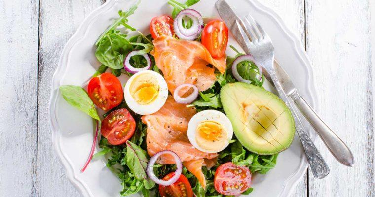 Snelle koolhydraatarme salade met zalm en ei