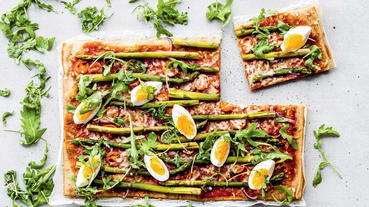 Volkorenplaatpizza met groene asperges