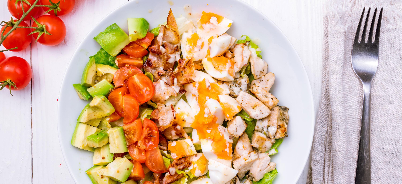 Cobb salad: gezonde salade met kip, spek, avocado en ei
