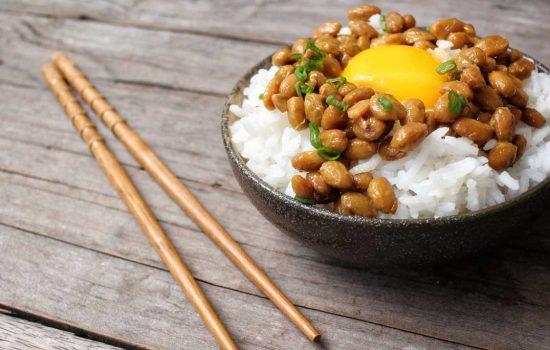 Nattō met ei: authentiek Japans ontbijt