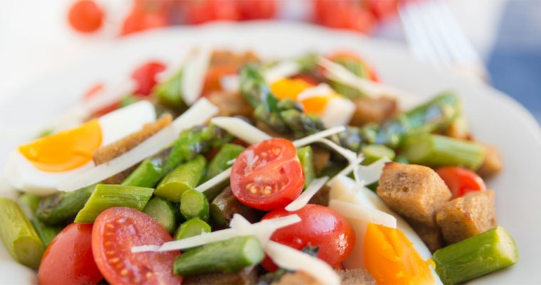 Panzanella met ei en groene asperges