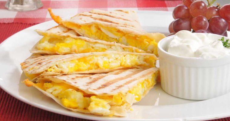 Quesadilla met roerei en oude kaas (Mexicaanse tosti)