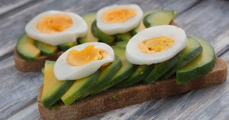 Sandwich met avocado en gekookt ei