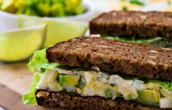 Slanke sandwich eiersalade met avocado