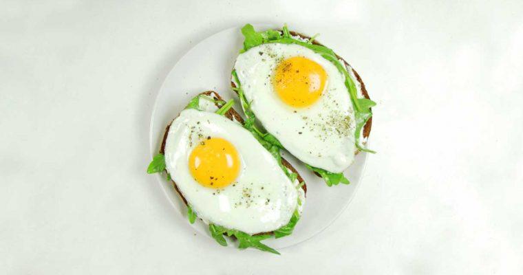 Sandwich met roomkaas, rucola en gebakken ei