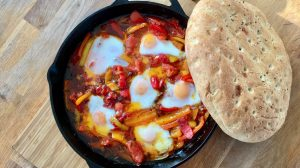 shakshuka van de barbecue met brood