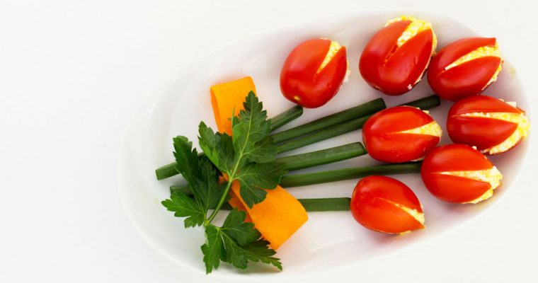Tulpen van gevulde tomaten met kaas-ei salade
