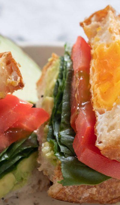 Ei-in-een-gat met avocado, tomaat en spinazie