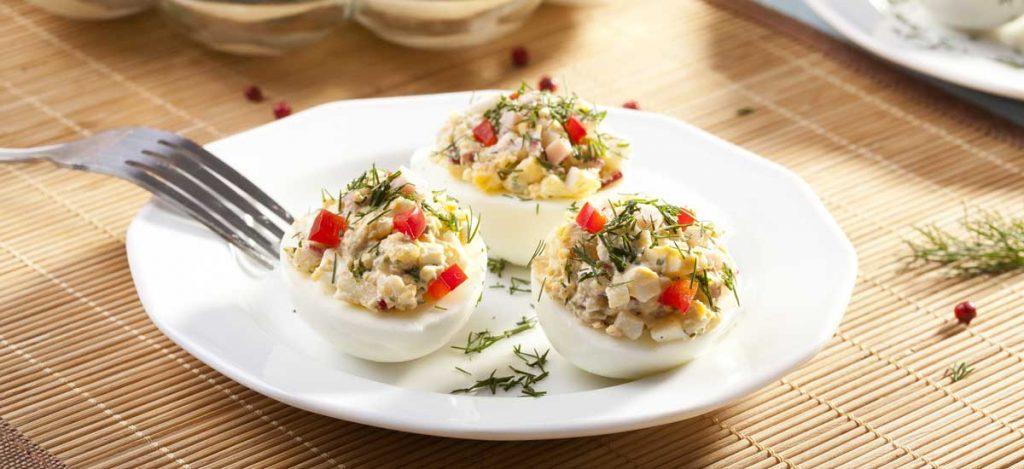 Gevulde eieren met ham en paprika