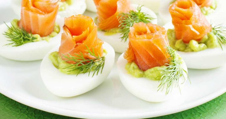 Eieren gevuld met avocado en gerookte zalm