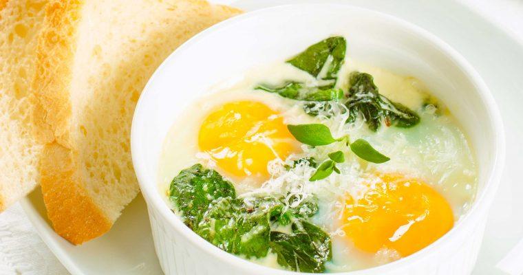 Oeufs en cocotte met spinazie en kaas