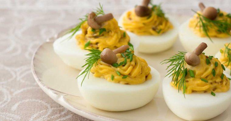 Gevulde eieren met paddenstoelen, ui en komijn