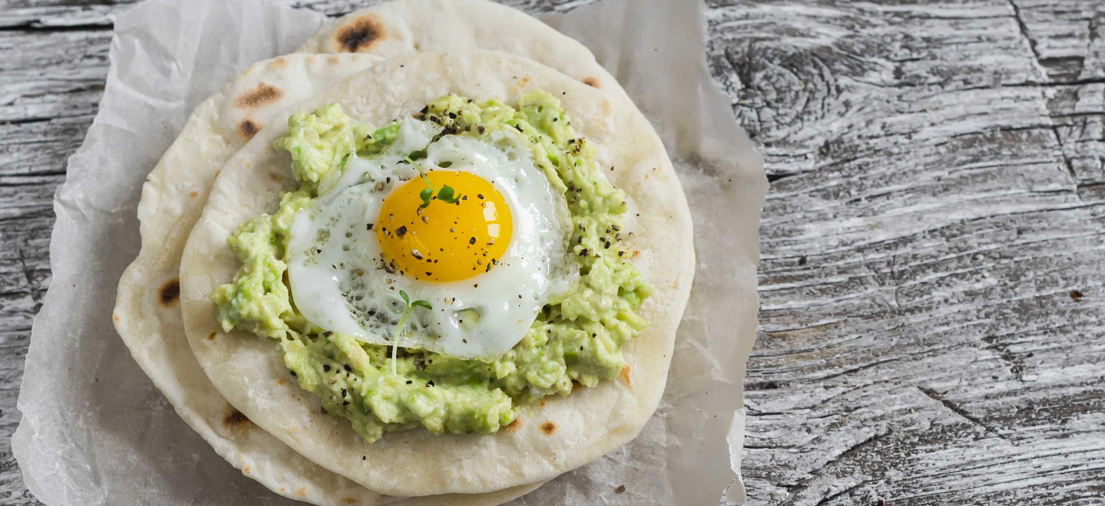 Ontbijttortilla met avocado en ei