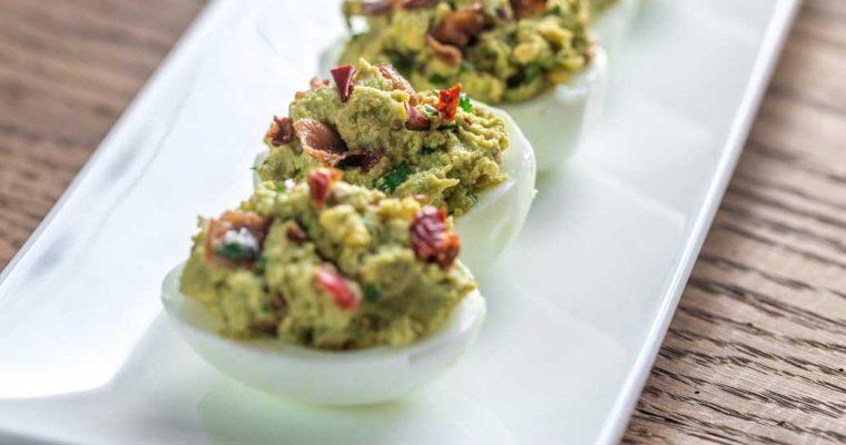 Gevulde eieren met guacamole en bacon