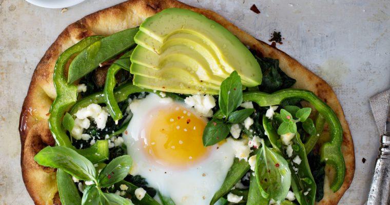 Ontbijtpizza met spinazie, avocado en ei