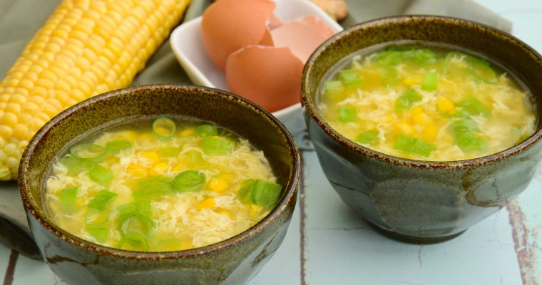 Chinese kippensoep met ei en mais (egg drop soup)