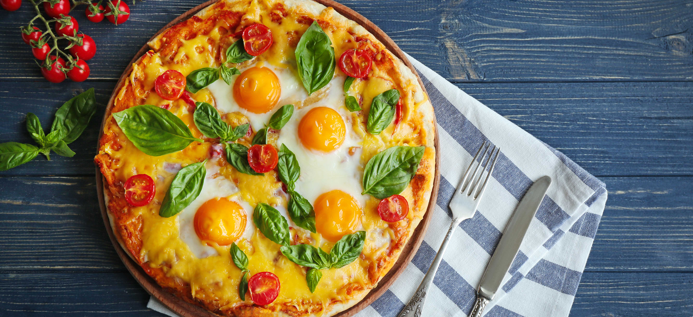 Pizza Margherita met basilicum en ei