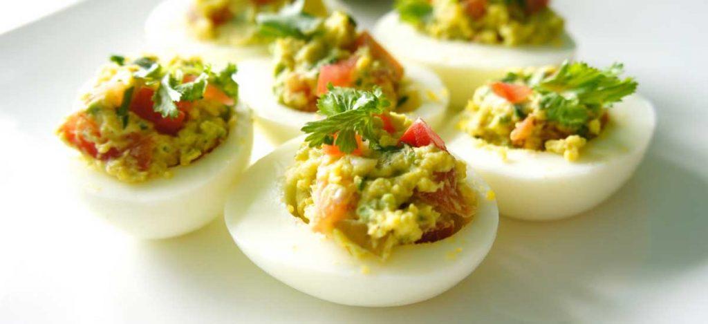Gevulde eieren met tonijn en avocado