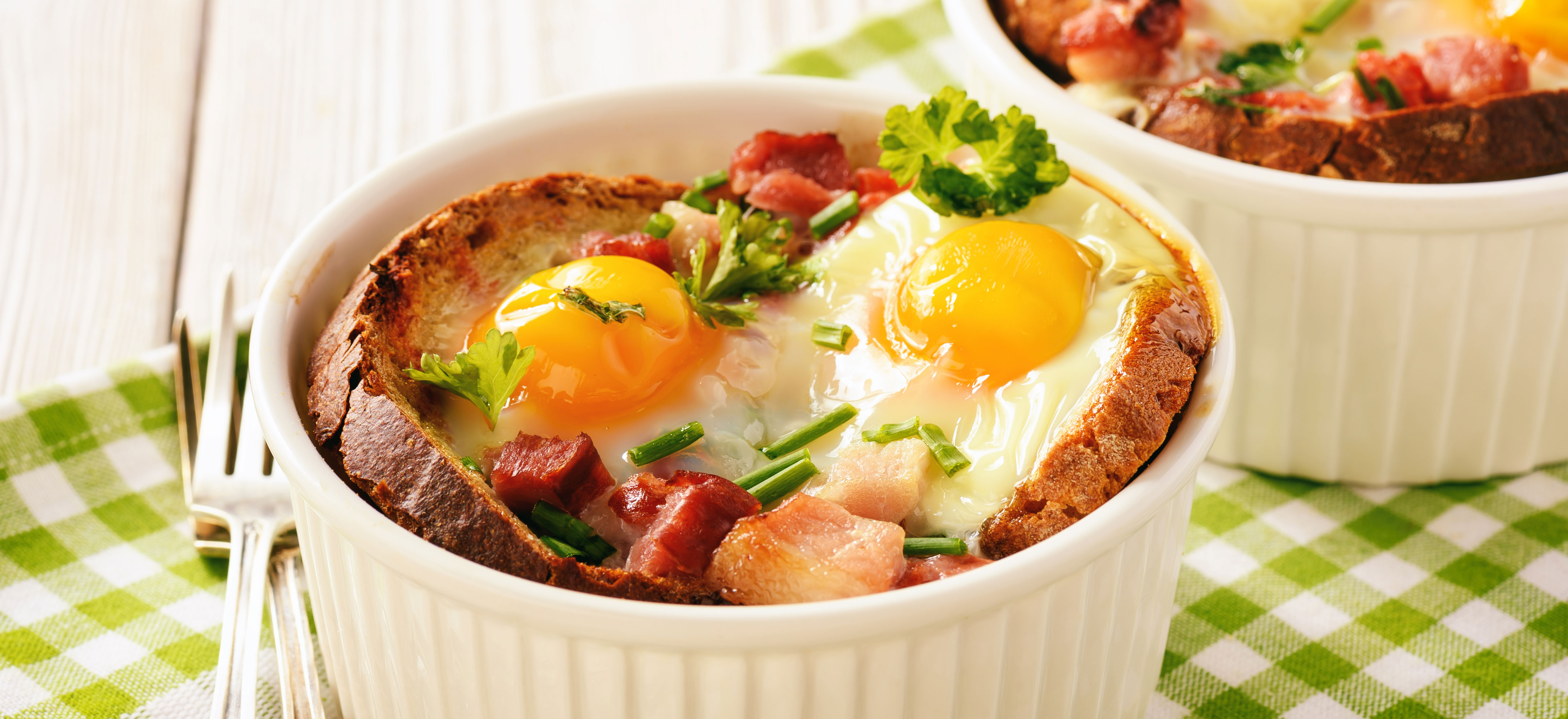 Ontbijtquiches van brood, spek en ei