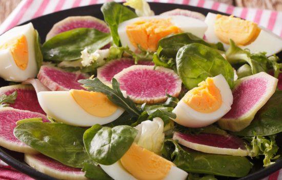 Spinaziesalade met ei, watermeloenradijs en mosterddressing
