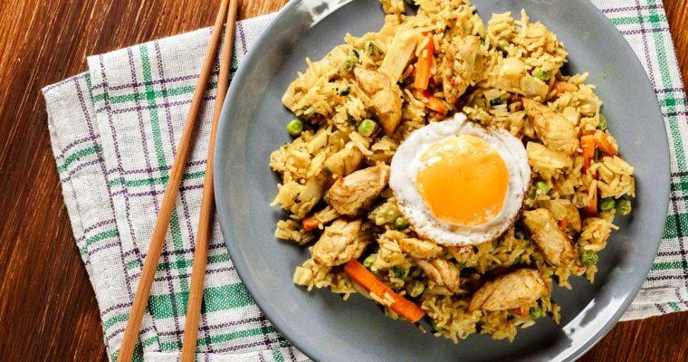 Makkelijke nasi goreng met kip en een eitje
