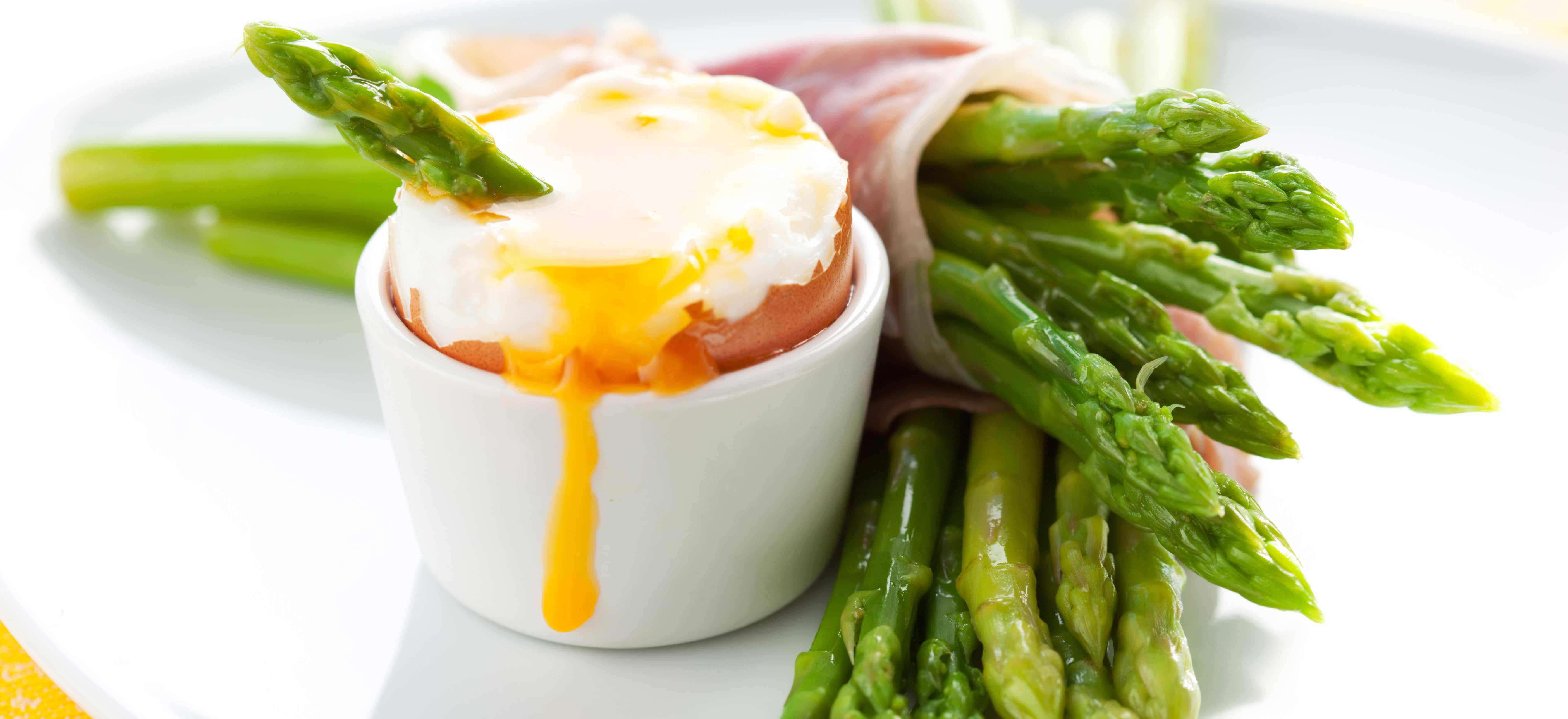 Aspergesoldaatjes met een zachtgekookt ei en parmaham