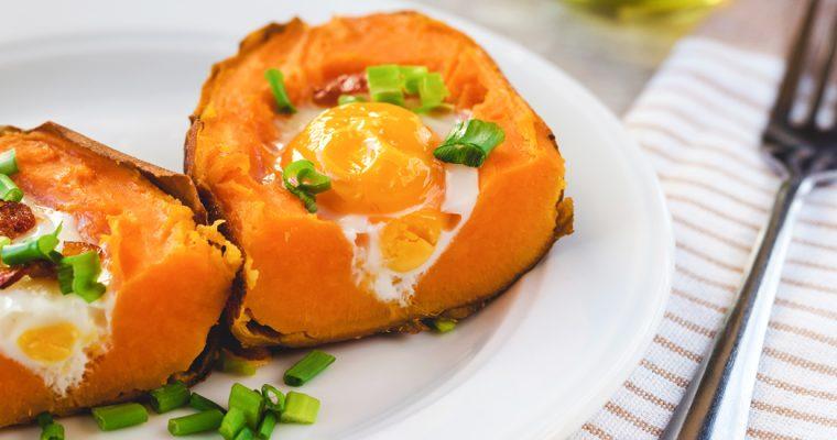 Gevulde zoete aardappels met ei en bacon