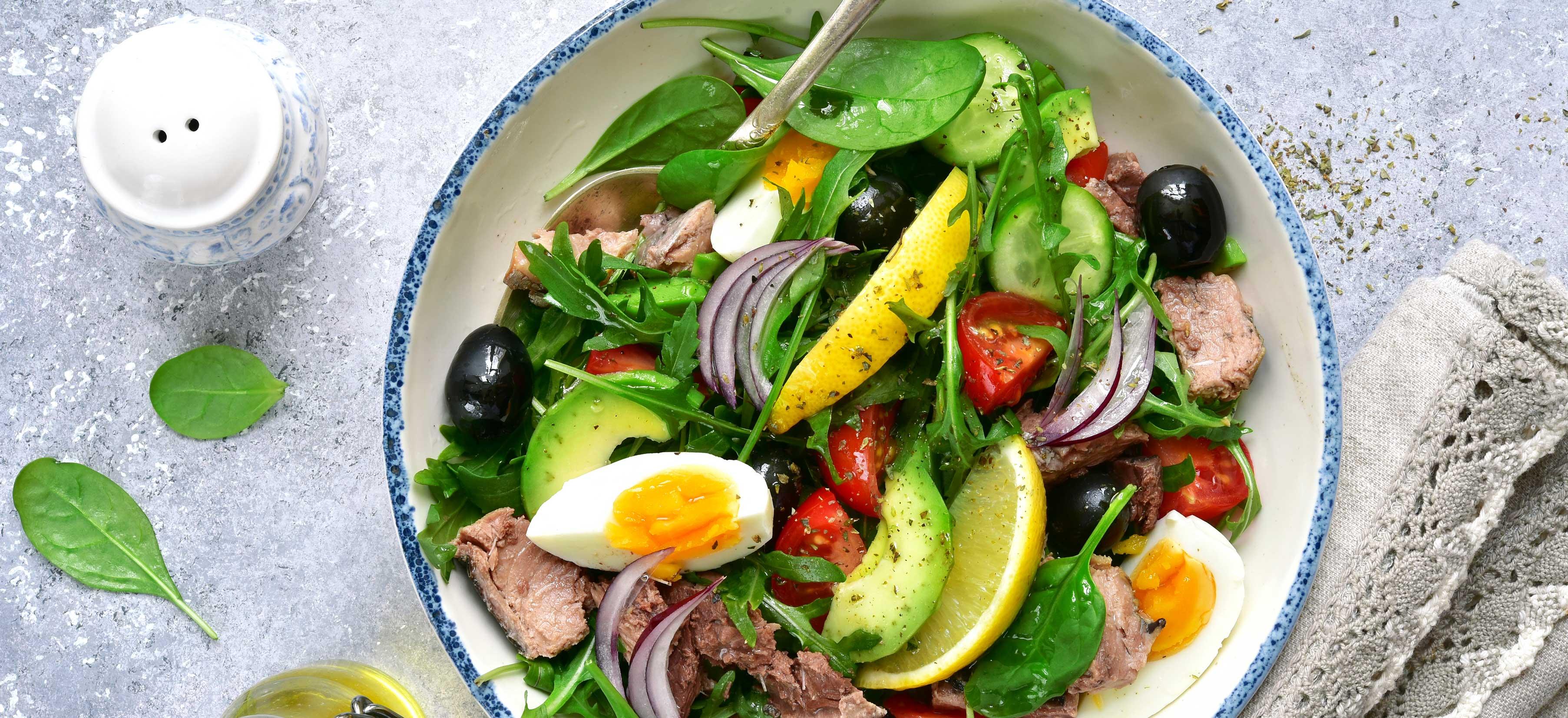 Tonijnsalade met spinazie, avocado en ei