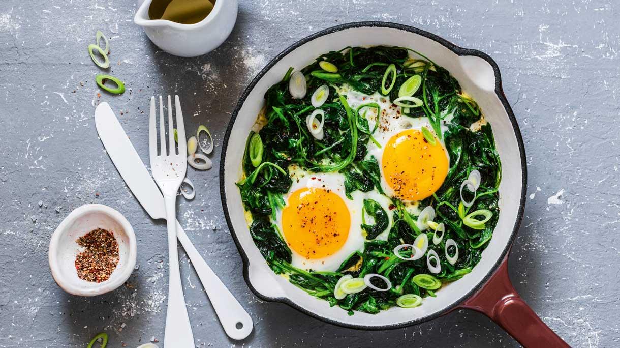 Spinazie-eieren met komijnyoghurt (koolhydraatarm)