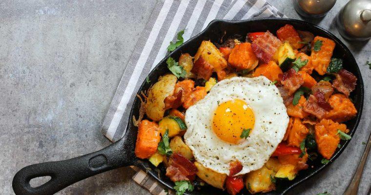 Zoete aardappel hash met ei